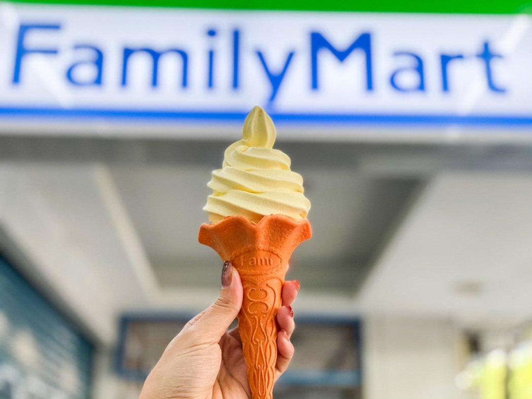 全家便利商店「起司塔霜淇淋」結合濃郁奶香與起司風味,售價39元。圖/全家便利商店...