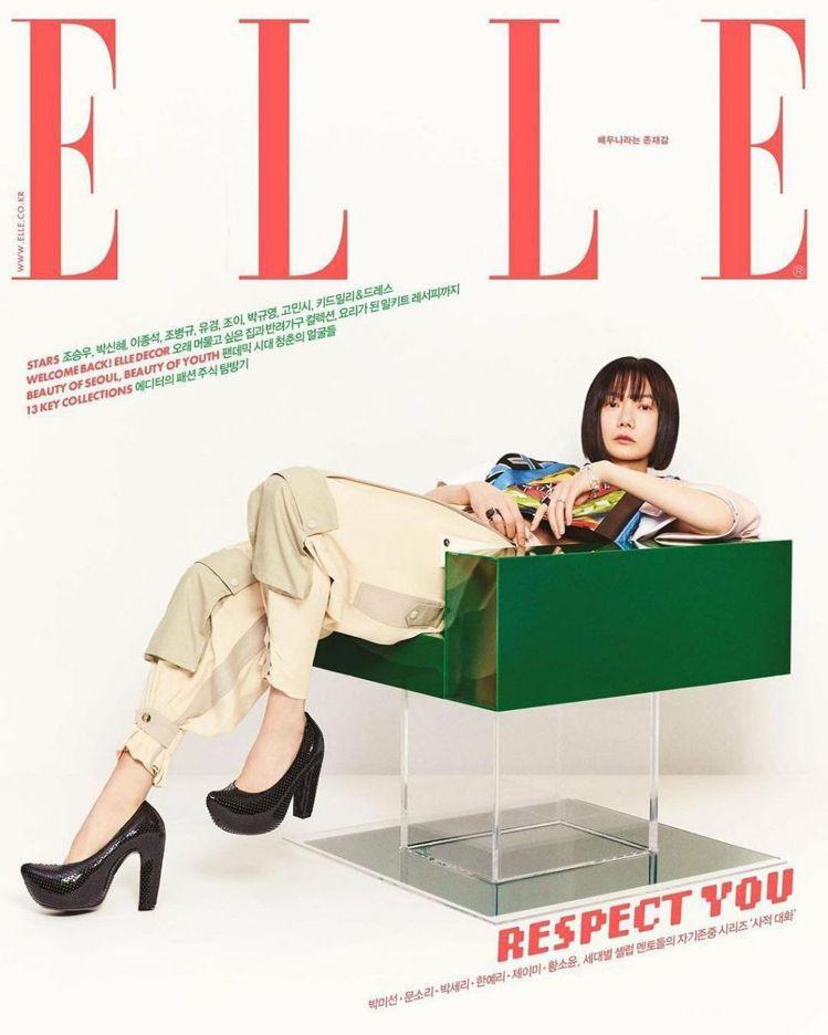 裴斗娜在韓版「ELLE」詮釋2021春夏工裝褲的中性剪裁以及靈感來自木屐造型的黑...