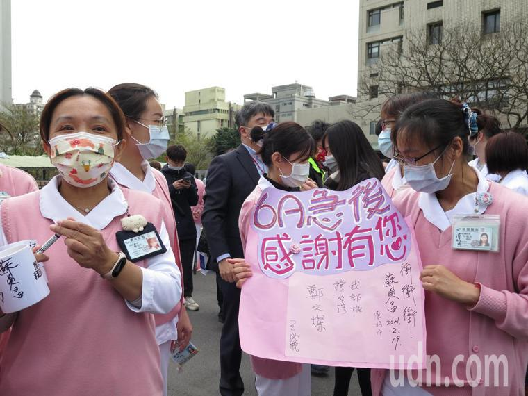 桃園醫院恢復正常運作,護理人員都相當開心。記者張裕珍/攝影
