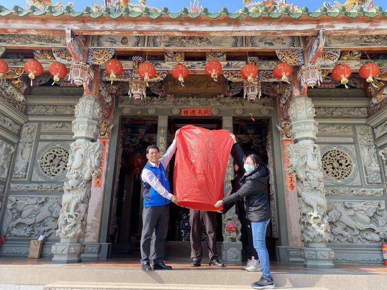 金湖鎮長陳文顧展示寫好心願的天燈,希望疫情能趕快過去。圖/金湖鎮公所提供