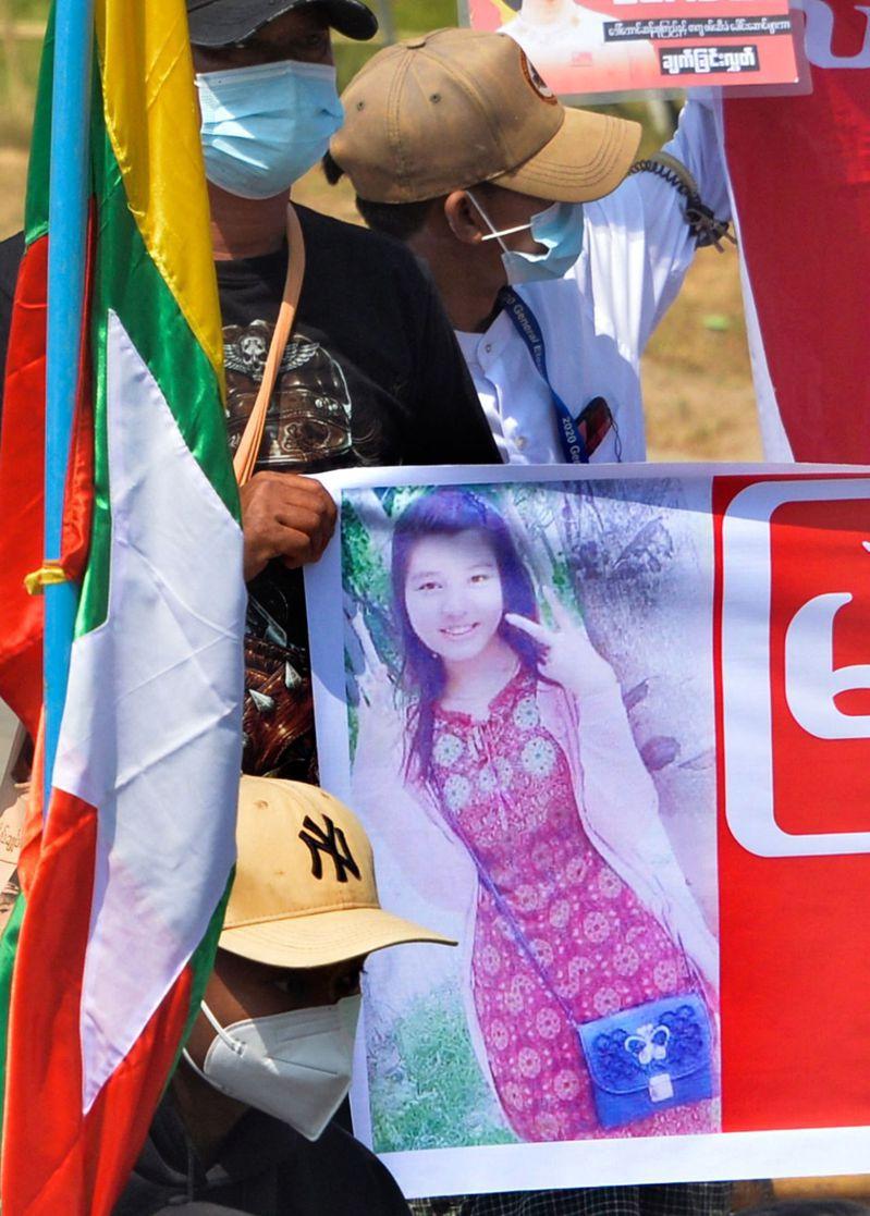 緬甸示威者高喊中彈女子為英雄,並在本周稍早遊行紀念她。(法新社)