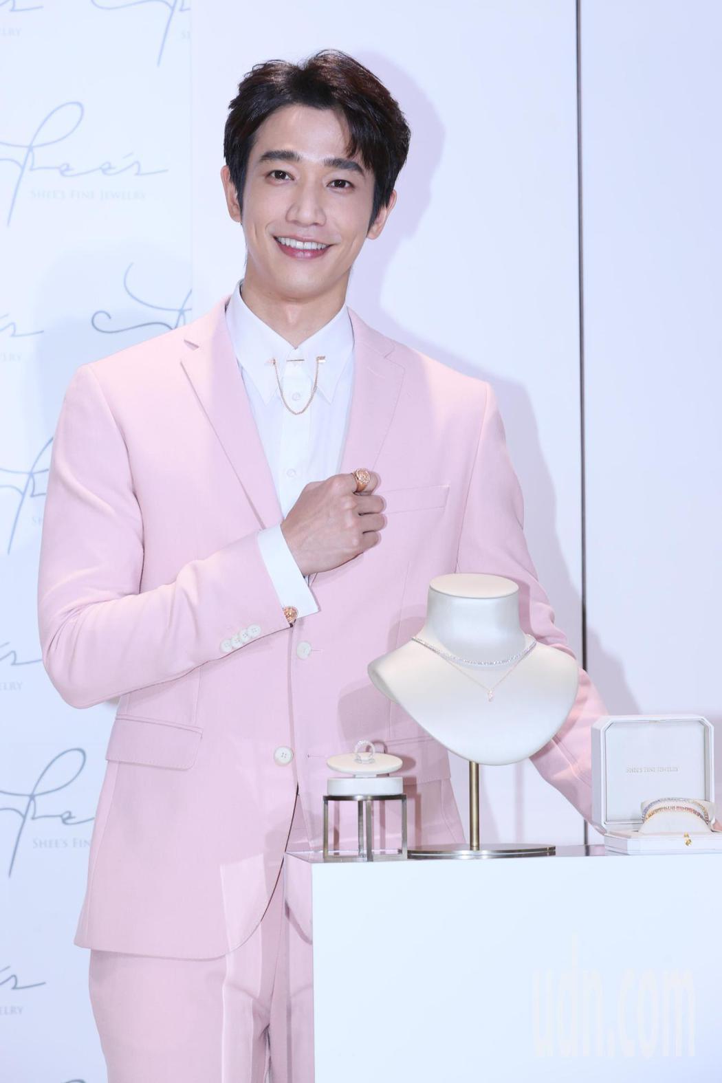 藝人劉以豪代言侍好珠寶,他以一身粉色西裝搭配領扣、袖扣等各式珠寶亮相,介紹最新的...