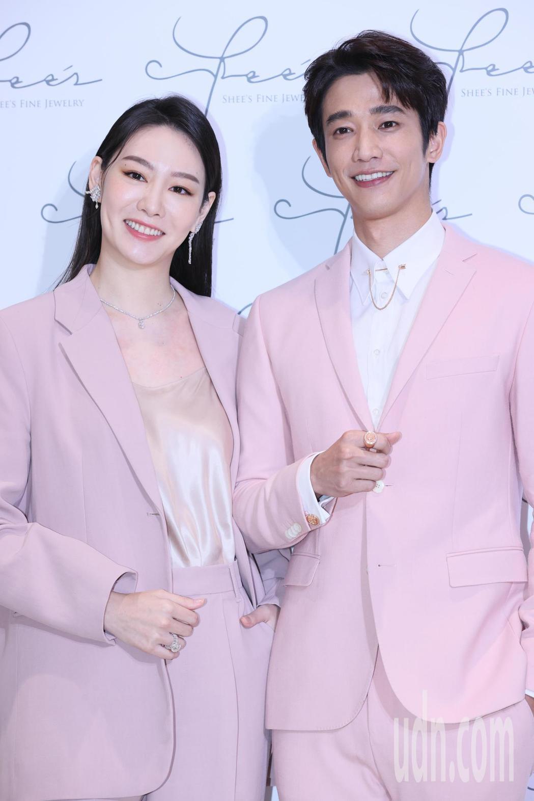 藝人劉以豪(右)代言侍好珠寶,他以一身粉色西裝搭配領扣、袖扣等各式珠寶亮相,與創...