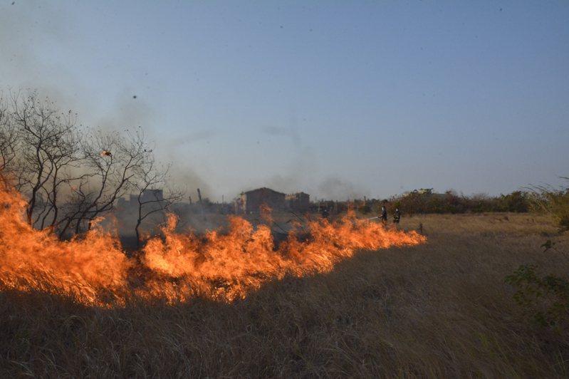金門自去年起至今年1月止金門因燃燒雜草或廢棄物等火災案件約280件,占所有火災9成以上。圖/金門縣消防局提供