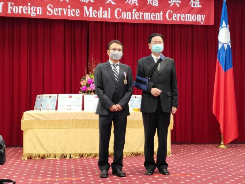 外交部長吳釗燮(右)頒「外交之友貢獻獎」獎章給泰博科技公司董事長陳朝旺(左)。記者徐偉真/攝影