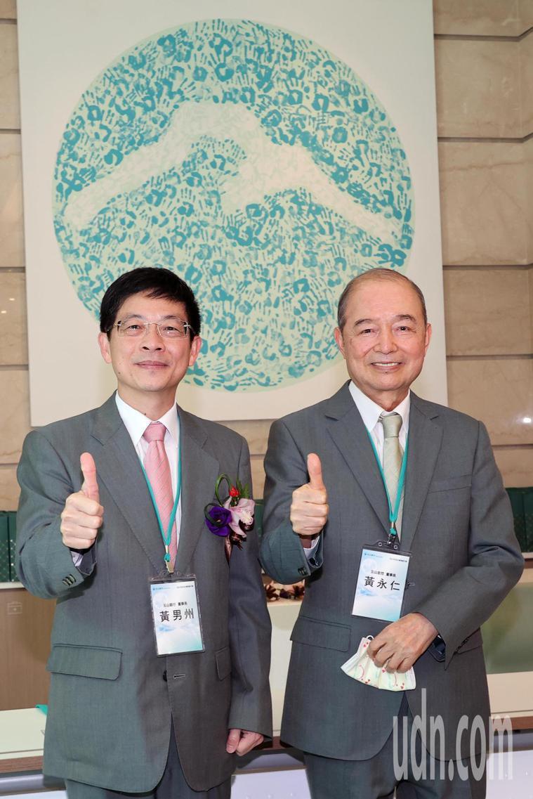 玉山創辦人黃永仁(右)與玉山銀行董事長黃男州(左)下午出席「玉山銀行ESG永續倡...