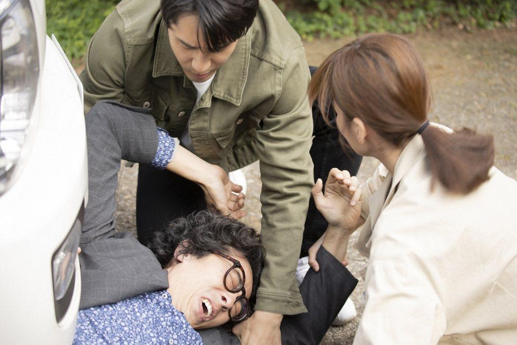馬念先(左)在「王牌辯護人」中遭歹徒夾持。圖/東森提供