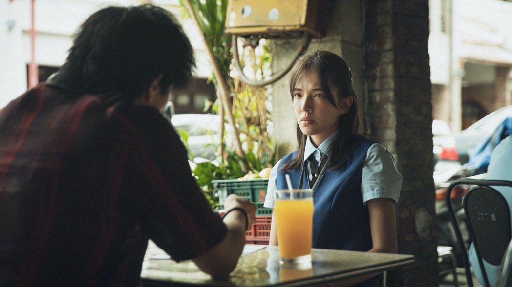 邱澤(左)在「當男人戀愛時」扮演花襯衫的討債流氓,苦追許瑋甯(右)。圖/金盞花大...