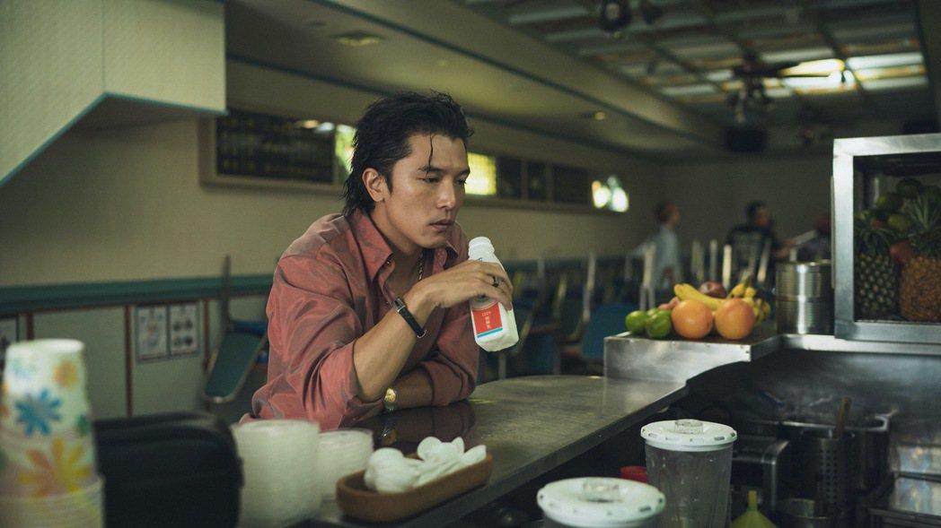 邱澤在「當男人戀愛時」扮演花襯衫的討債流氓,全程說台語、啃甘蔗。圖/金盞花大影業...