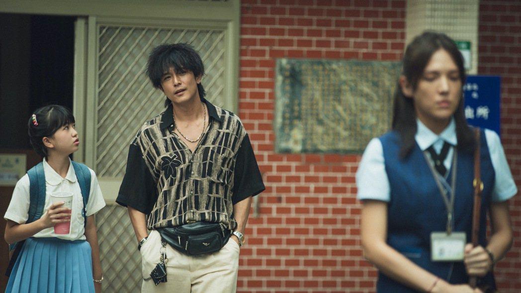 邱澤(左)在「當男人戀愛時」扮演花襯衫的討債流氓,苦追許瑋甯(右)。圖/金盞花大