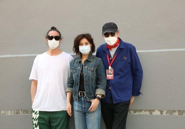 監製陳子聰(左起)、何超儀與導演麥可費吉斯出席開鏡儀式。圖/852 Films提