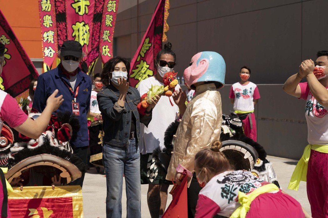 導演麥可費吉斯(左起)、何超儀與監製陳子聰出席開鏡儀式。圖/852 Films提...