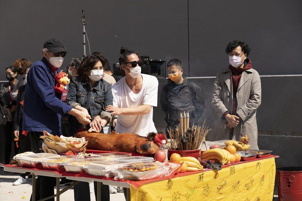 導演麥可費吉斯(左起)、何超儀與監製陳子聰一同切燒豬。圖/852 Films提供