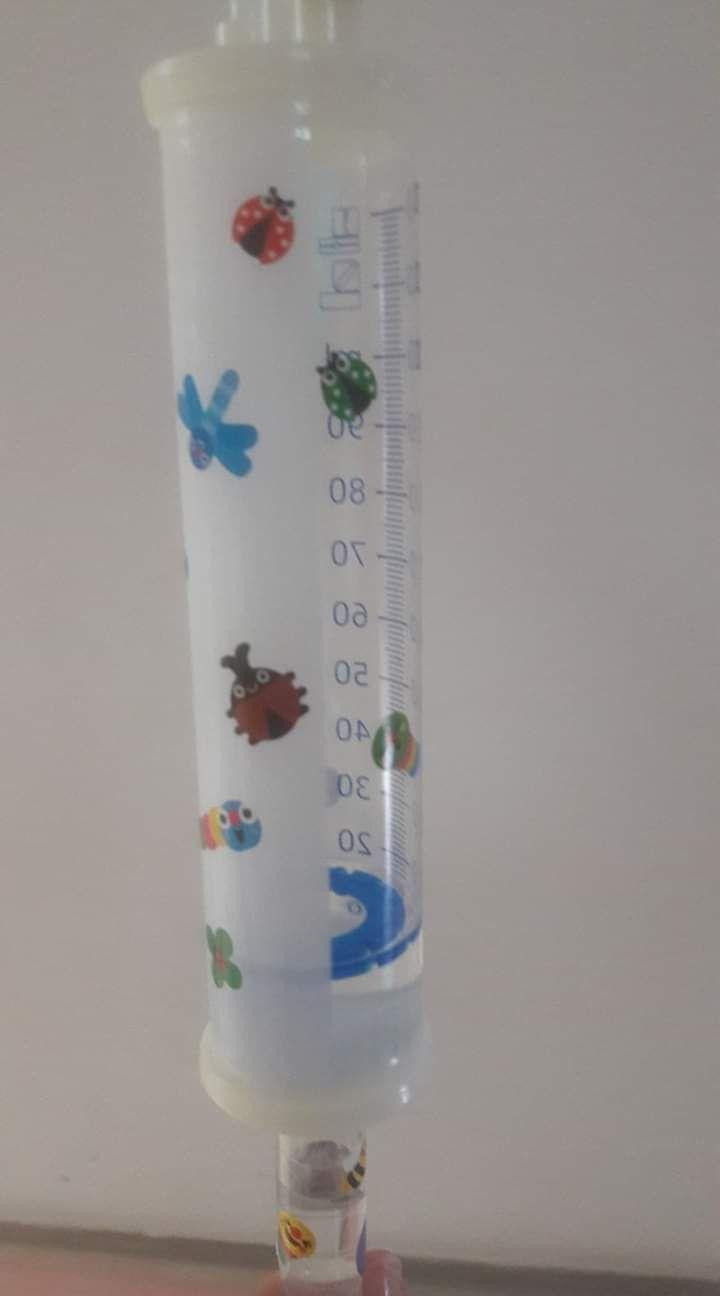孩子的點滴上頭貼滿可愛動物貼紙。圖/林思偕醫師提供