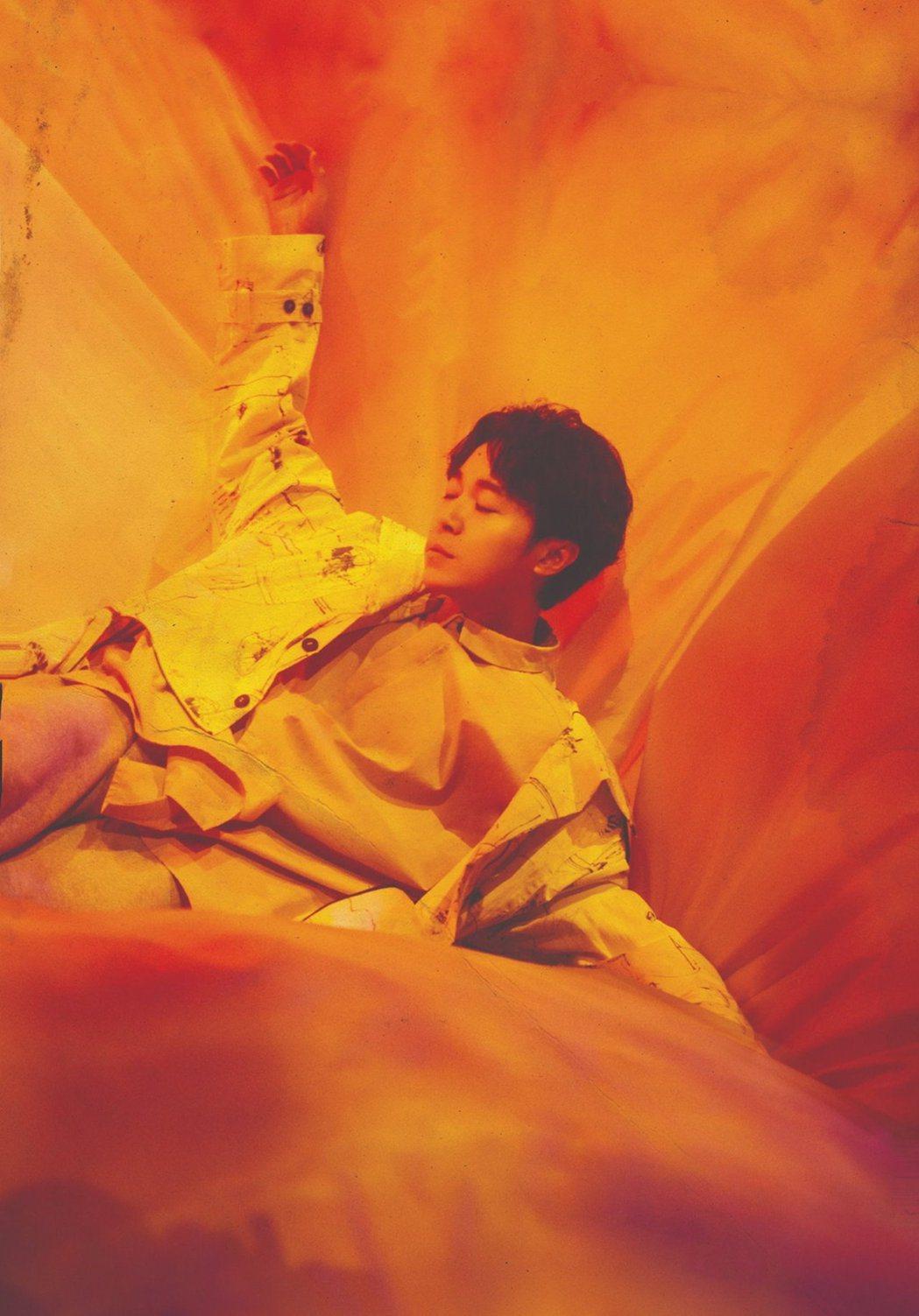 吳青峰將雲門劇場「上下冊」演唱會集結成萬言書,解析自己的「綠色迷戀」與舞台巧思。