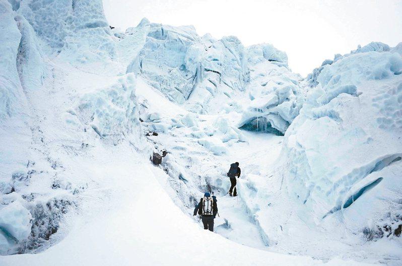 冰瀑後方的雪丘像一座住滿奇幻生物的冰宮,防衛著想要入侵這座山的人。(圖/陳德政攝影)