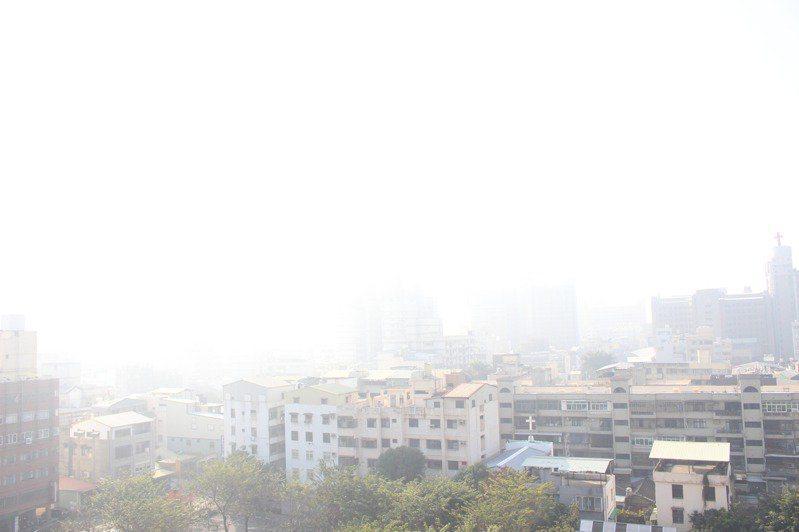 環保署預測,明天起擴散條件差,西半部地區空氣品質不佳,特別是雲嘉南高屏地區,這波空品差的天氣型態至少會維持5到7天。圖/本報資料照片