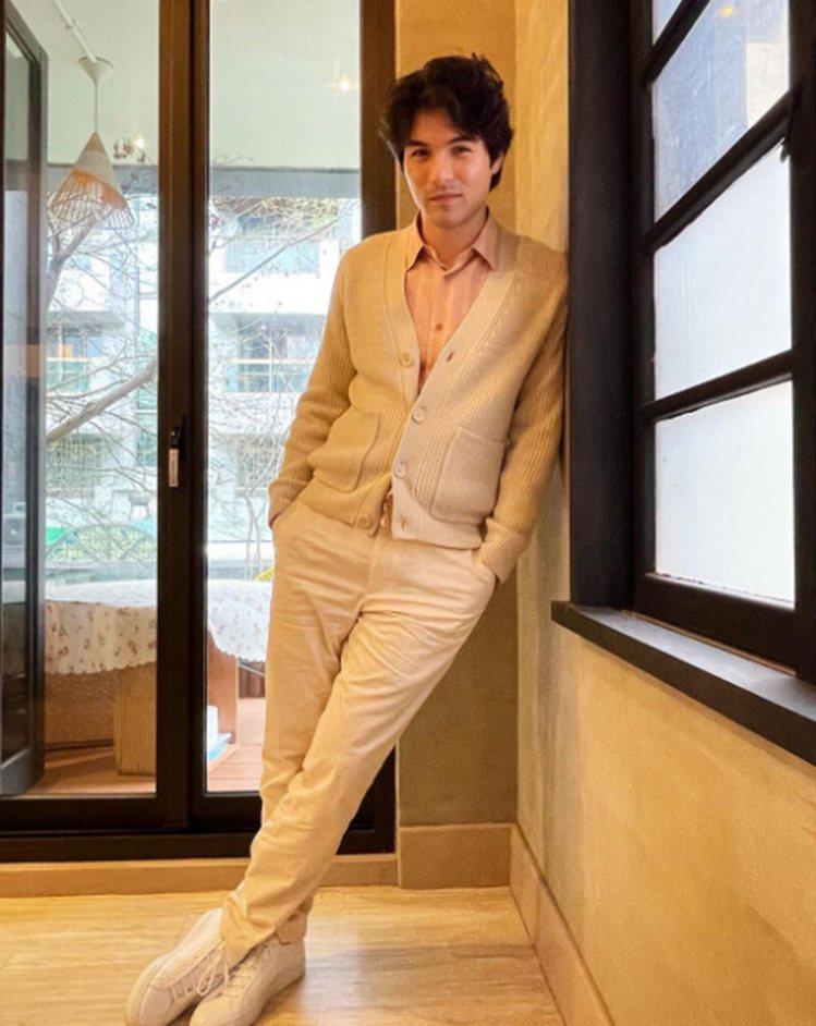 鳳小岳身穿sandro Homme 2021春夏系列,表現五、六○年代的優雅懷舊...