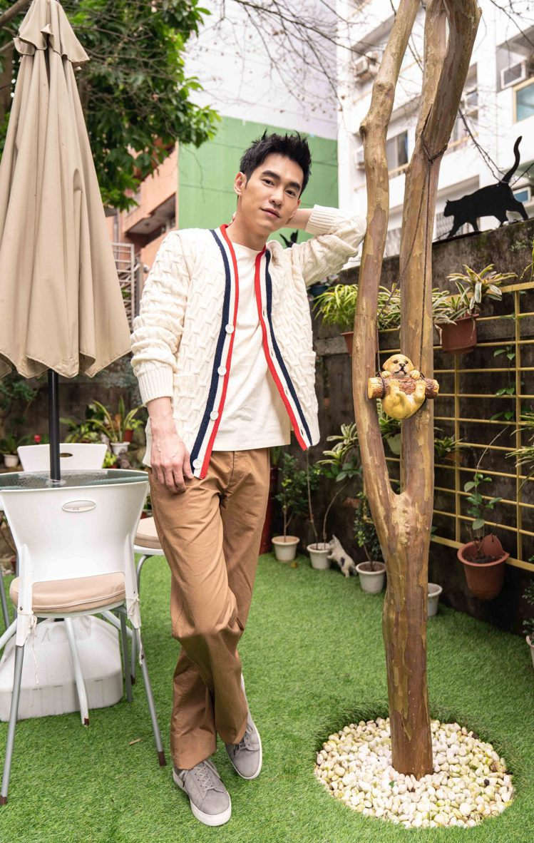 張書豪演繹sandro Homme 2021春夏縫邊棉質針織衫,靈感來自六○年代...