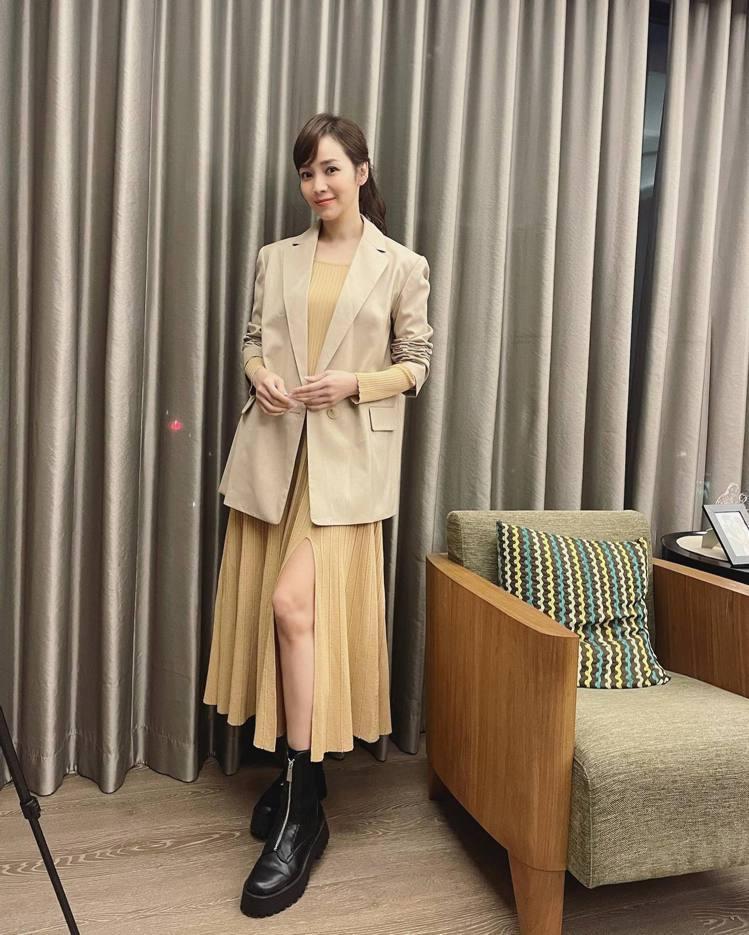 侯佩岑詮釋sandro春夏洋裝、maje春夏西裝外套。圖/取自IG