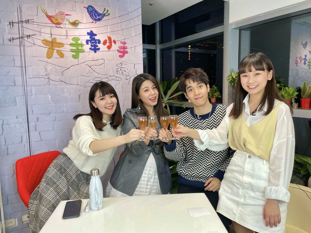 林星慧(左起)、白家綺、陳彥嘉、吳鈺萱做「大手牽小手」直播節目。圖/民視提供