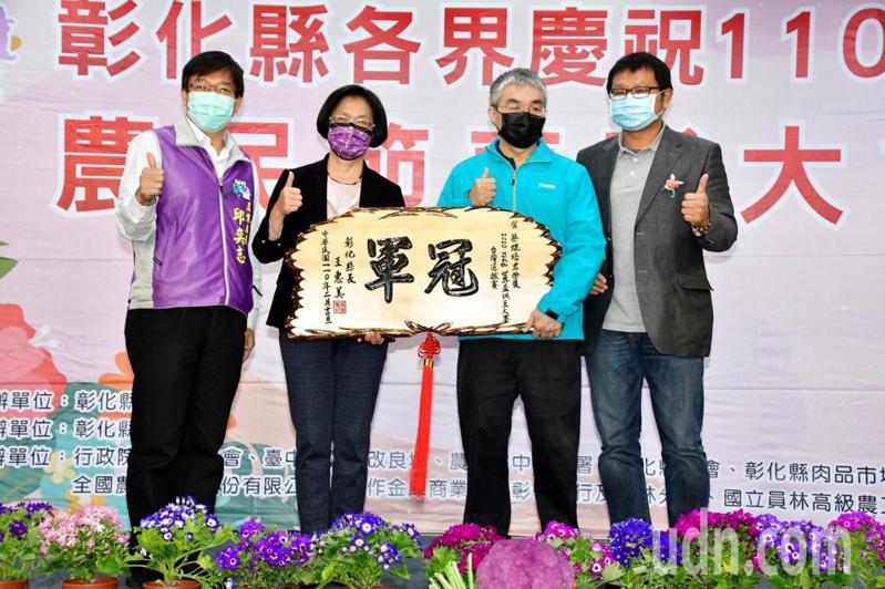 彰化縣長王惠美(左2)表揚獲2020年WCE世界盃烘豆冠軍的蔡焜培(右2)。記者劉明岩/攝影