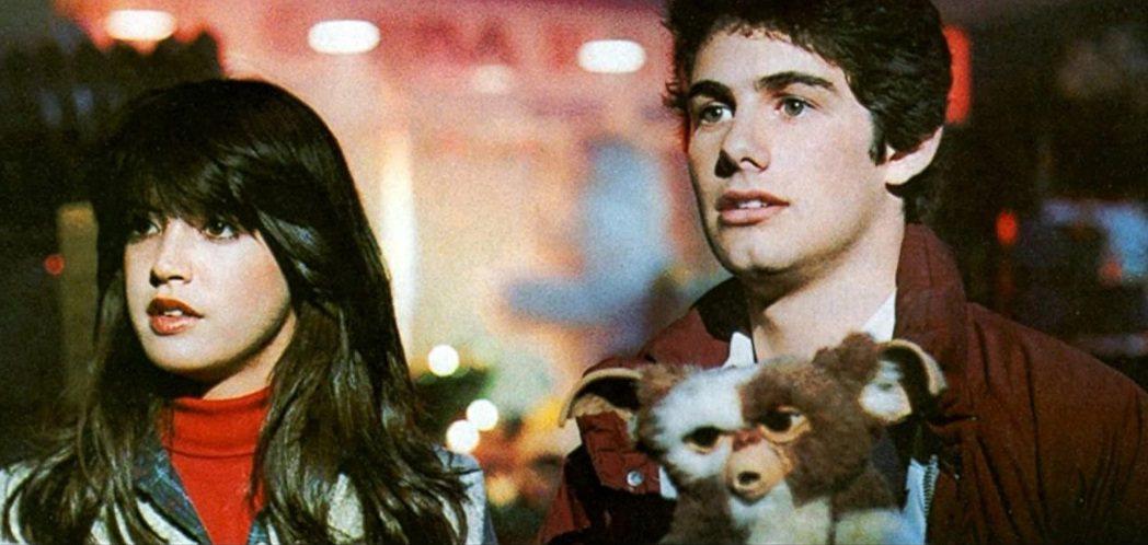 菲比凱絲(左)、柴克蓋勒根主演「小精靈」。圖/摘自imdb