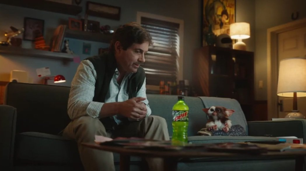 事隔30多年,柴克蓋勒根再度與「小精靈」一起拍新廣告。圖/摘自YouTube