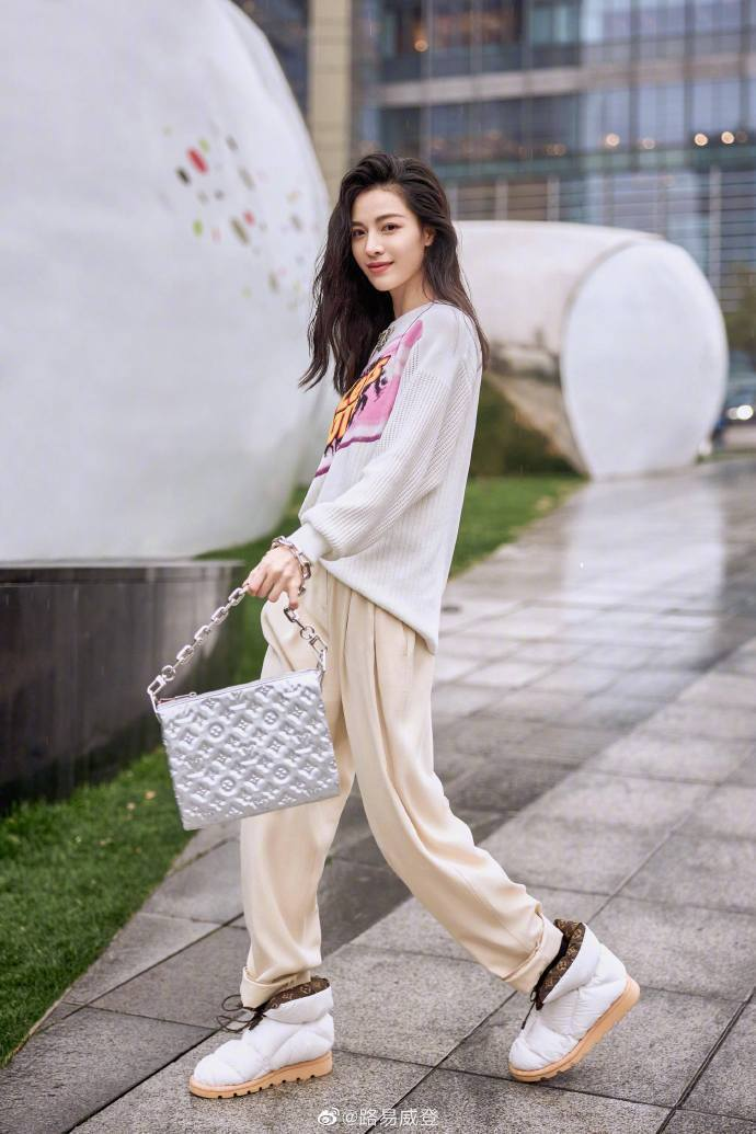 鍾楚曦呈現Coussin手袋的俏麗輕盈。圖/取自微博
