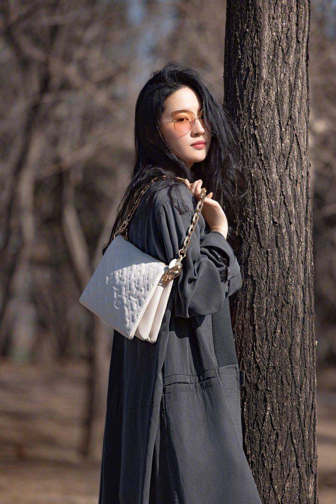 路易威登大陸代言人劉亦菲以Coussin手袋搭襯帥氣造型。圖/取自微博