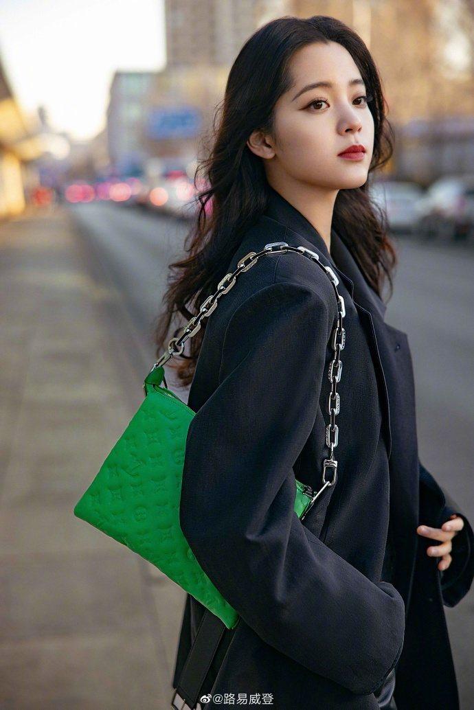 歐陽娜娜詮釋2021春夏新款Coussin手袋轉換為鍊帶包的造型。圖/取自微博