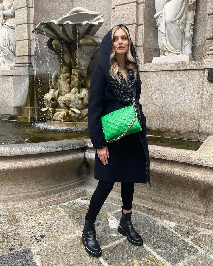 義大利網紅Chiara Ferragni以Coussin手袋巧遮孕肚。圖/取自I...