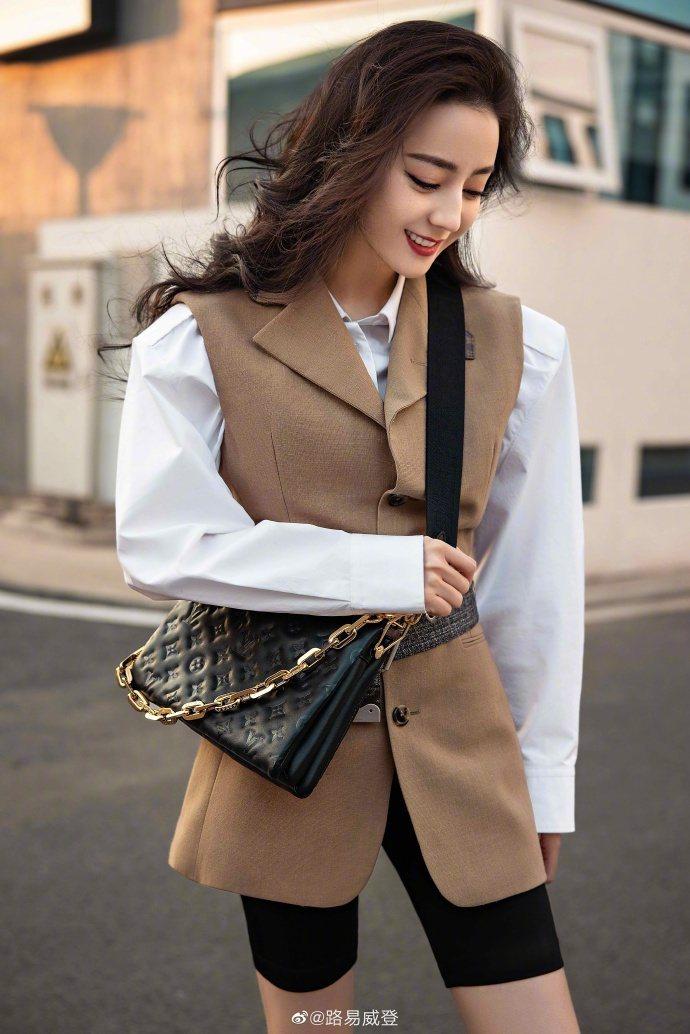 迪麗熱巴詮釋2021春夏新款Coussin手袋。圖/取自微博