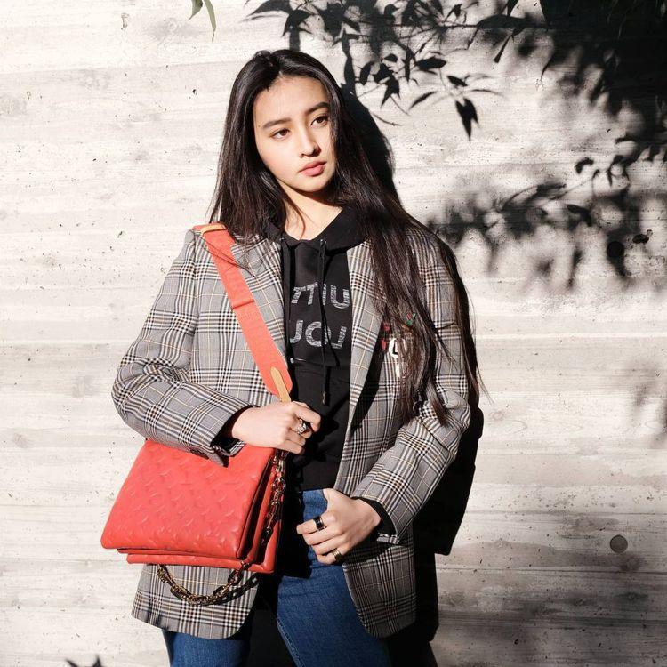 木村光希搶先拎Coussin手袋拍出超美造型。圖/取自微博