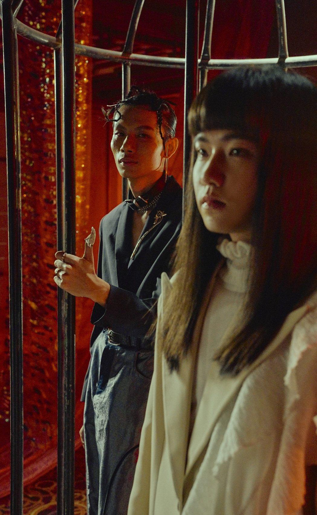 持修(右)為春豔(左)新歌「魔法BOY」獻聲又獻身。圖/顏社提供