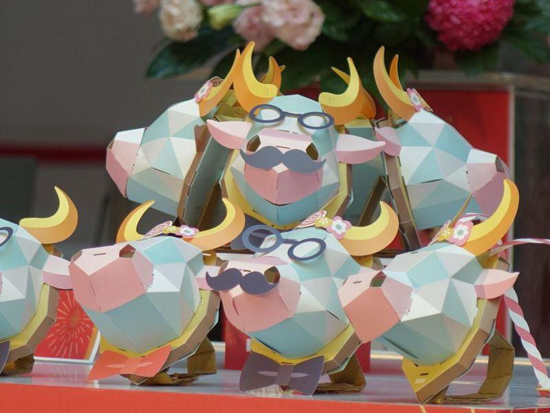 高雄市今年的 小提燈「牛揹揹」,立體造型,可當小小隨身包。記者楊濡嘉/攝影