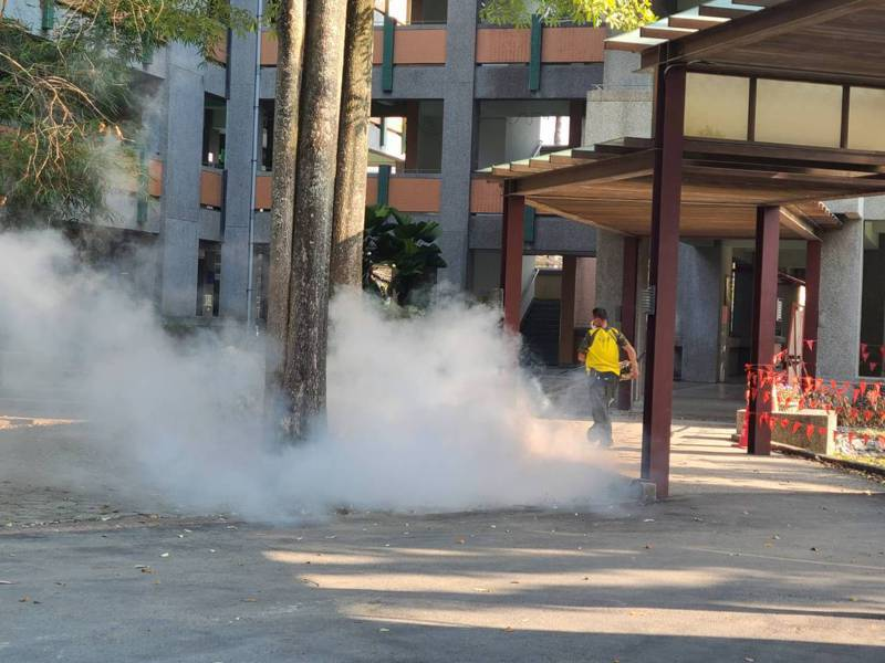 南投縣各鄉鎮公所今天起陸續展開校園環境消毒,為22日開學做好防疫準備。圖/竹山鎮公所提供