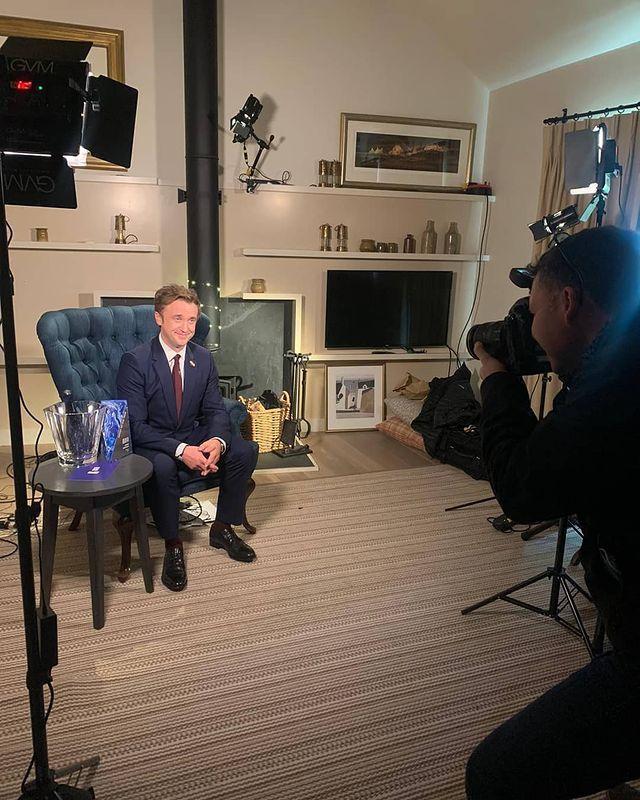 湯姆費頓自己一個在房間裡,對著鏡頭主持英國獨立電影獎典禮。圖/摘自Instagr...