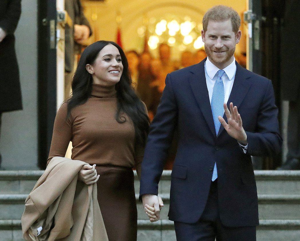 哈利王子(右)和夫人梅根(左)。
