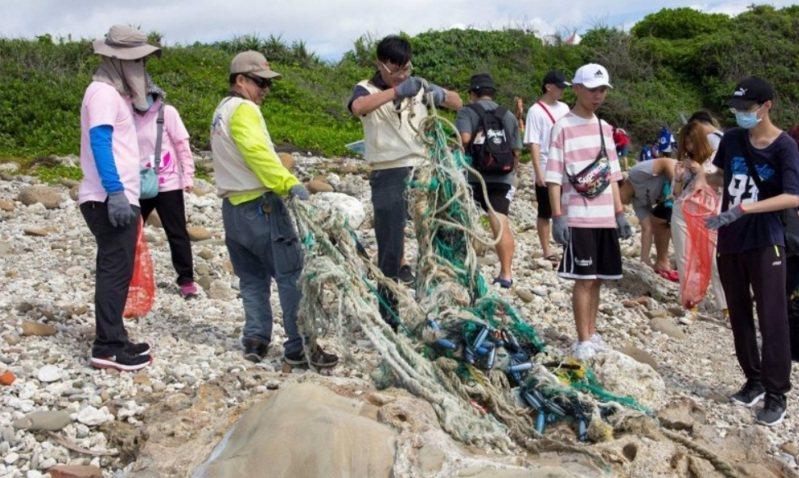 參與台東縣府淨灘及淨海的機關單位、民間社團增加,清除海洋廢棄物從2017年500公斤,提升到去年3020公斤。圖/台東縣環保局提供
