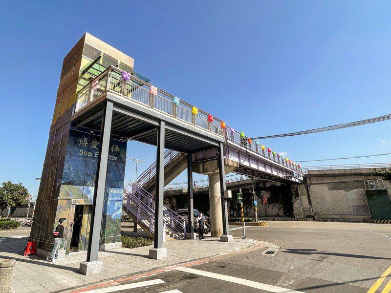 永和博愛陸橋是新北第13座河濱水岸友善電梯,電梯陸橋用台灣畫家楊三郎的知名畫作「玉山日出」裝點。記者王敏旭/攝影