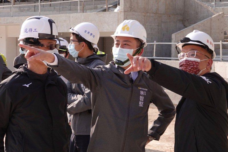 新竹市立棒球場重建進度視察,中華職棒新任會長蔡其昌(右起)與新竹市長林智堅、中職秘書長楊清瓏一同參與。記者蘇志畬/攝影