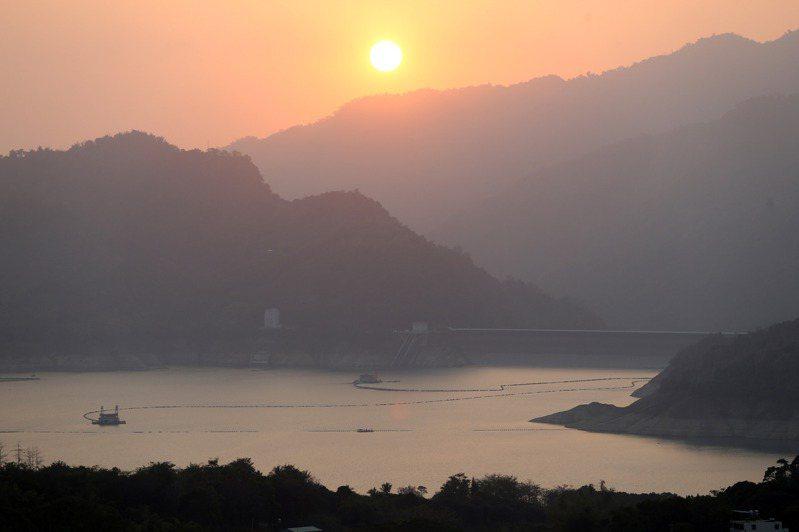 夕陽無限好 只是霧霾濃 中南部近來空汙嚴重,圖為曾文水庫夕陽霧霾景色。記者劉學聖/攝影