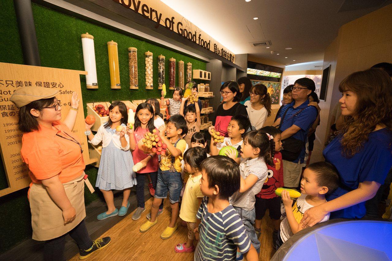 在觀光工廠內,透過專人解說,能讓大小朋友獲得不同的產業知識。圖/奇美食品幸福工廠...