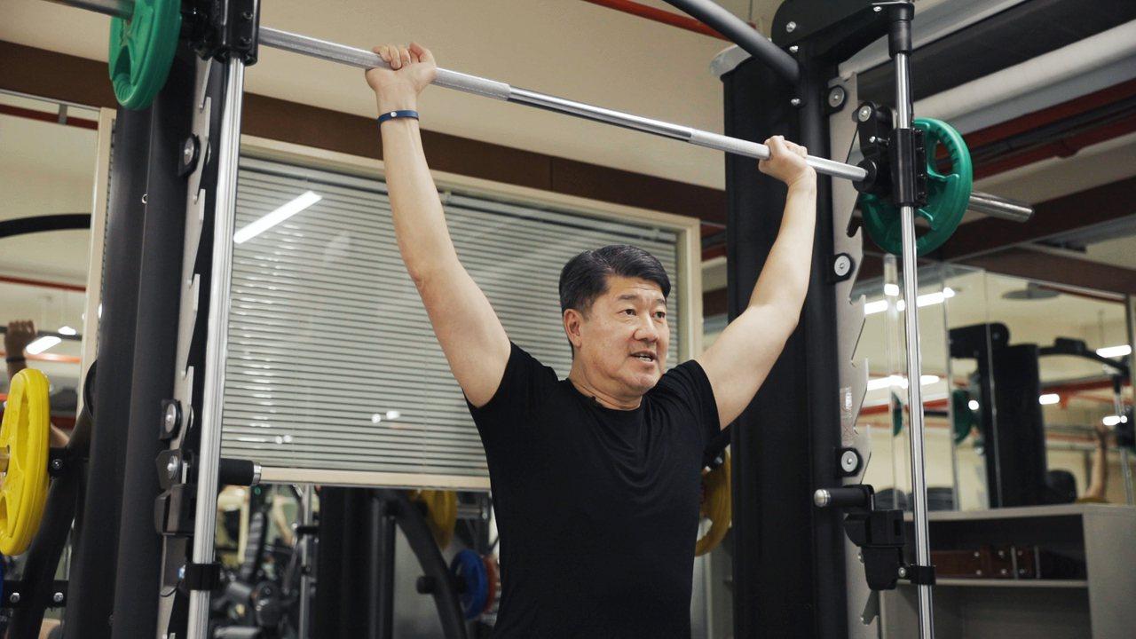運動已成為張嗣漢生活一部分,每天早上固定晨泳外,每周再安排3天到健身房重訓。記者...