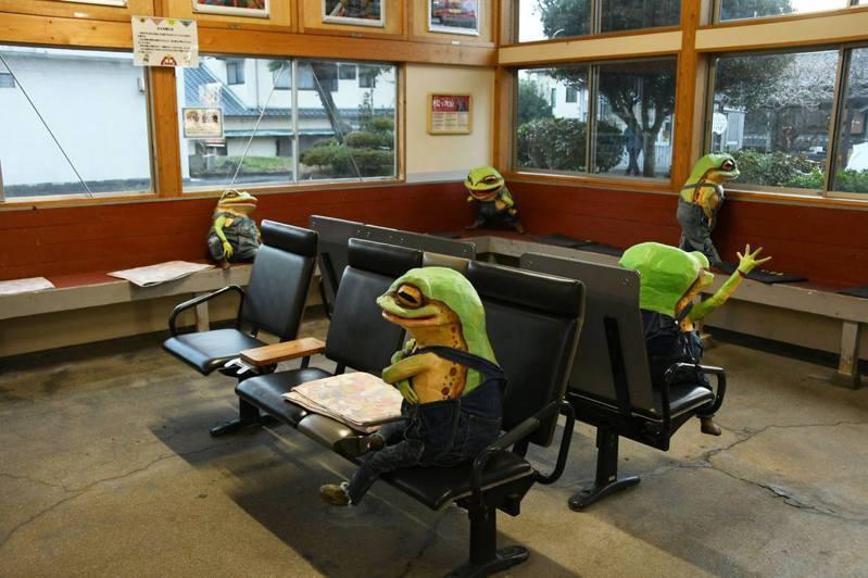 位於日本和歌山縣的印南站候車室內擺放了6隻青蛙雕像。(Twitter@tangyorai)