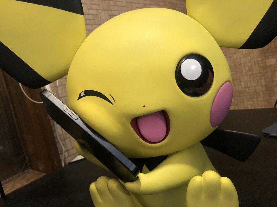 皮丘的捧手機的樣子實在太可愛拉!