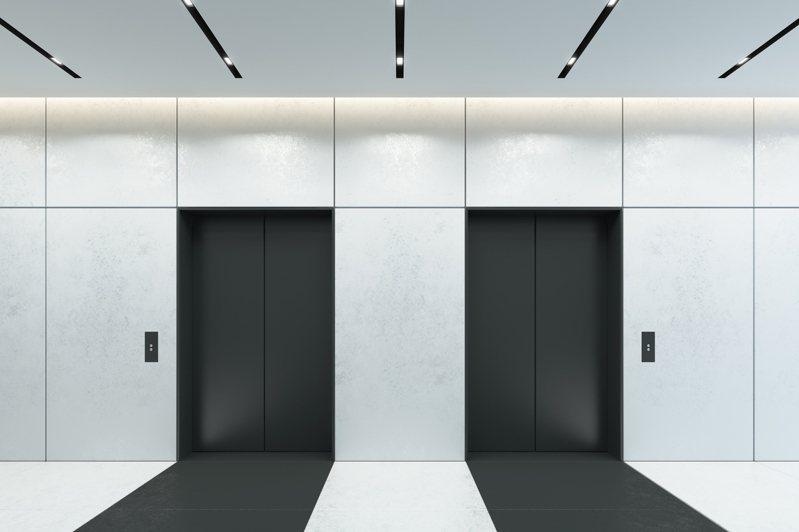 一名網友PO文提到,他目前看重一間有40個樓層的住宅大樓,但大樓卻只有兩部電梯,於是他就好奇的詢問廣大網友「40個樓層共用2部電梯夠嗎?」示意圖/ingimage