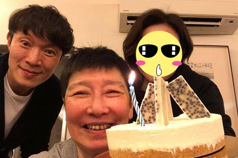 關之琳(右)出現好友臉書中,素顏模樣讓網友驚呆。圖/摘自臉書