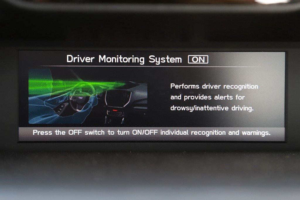 感知器位於6.3吋多功能行車資訊螢幕上方,當駕駛解鎖上車後系統就會立即掃描臉部辨...